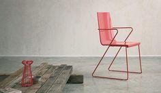 La serie Snake tiene un perfil delgado y líneas fuertes con diseño contemporáneo. Es perfecta para exteriores pues es resistente al agua y posee un mecanismo de drenaje. #chairs #interiordesign #furniture