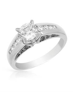 Sparkling and luxurious - diamond and white gold ring.