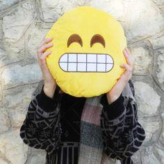 ¿Quién no ha utilizado alguna vez un emoji o un emoticono? Son básicos a la hora de utilizar aplicaciones de comunicación como el Whatsap o el Telegram y nos ayudan a expresar ideas, emociones o sentimientos.  En Wakabanga nos encantan los emojis y por eso los hemos traído en forma de cojines. Son cojines súper suaves y muy divertidos que representan varios de los emoticonos más utilizados por la gran mayoría.