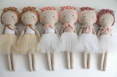 Muñeca bailarina de rosa y oro. Muñeca de trapo con un por blita