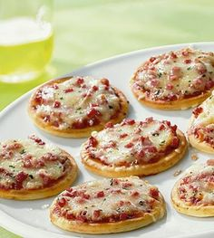 Incredibly Healthy Dessert Recipes That Still Taste Good Mini Pizzas, Party Food Platters, Good Food, Yummy Food, Portuguese Recipes, Mini Foods, Quiches, Finger Foods, Food Porn