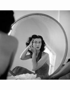 Dovima reflection, photo by Tony Vaccaro, New York City, 1957 by Reflection Photos, Reflection Photography, Retro Photography, Fashion Photography, Vintage Outfits, Vintage Fashion, Vintage Style, Retro Vintage, Black White