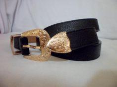 cinto em courino preto com fivela dourada, combina com qualquer peça