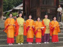 Women dressed in both kariginu and traveling junihitoe