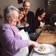 """Siamo tutti in adorazione ascoltando Nonna Renata che ci racconta l'origine dell'antipasto che mangeremo questa sera: """"Il Paciughino"""". Durante le feste la mamma di Nonna Renata non aveva tempo per cucinare e quindi suo papà, che non era un grande cuoco ma faceva quel che poteva, le preparava """"Il Paciughino"""" con filetti di acciughe (pestate al coltello) e burro, da spalmare sul pane caldo - Instagram by bolognafood"""