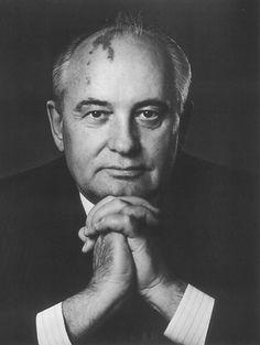 Michail Sergejewitsch Gorbatschow gave more economic and political freedom to people. (Er war von März 1985 bis August 1991 Generalsekretär des Zentralkomitees der Kommunistischen Partei der Sowjetunion und von März 1990 bis Dezember 1991 Staatspräsident der Sowjetunion. )