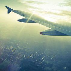 Über mehrere Stunden in einem Flugzeug zu sitzen, kann unbequem und langweilig werden. Mit unseren 11 Tipps wirst du garantiert zufrieden und ausgeruht aus dem Flieger steigen...