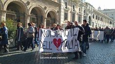 Striscioni, cartelli, cuori rossi con i nomi dei borghi distrutti dal terremoto. Gli abitanti del centro Italia ferito hanno portato così la loro scossa al cuore fino a Roma, fino a sotto il Parlam…