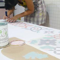 Mesa pintada con Autentico chalk paint y stencils con estética de baldosas hidráulicas hecha por @ideasenpolvo, nuestro punto de venta en Valladolid #autenticopaintspain #autenticochalkpaint #chalkpaintes #autenticospain #autenticopaint #pinturanatural #ecofriendly #naturalpaint #chalkpaint #decoracion #homestyle #homedecor