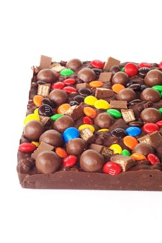 Candy Crunch Chocolate Bar - Smooth dark chocolate mixed with crunchy Rice Krispies or Rice Bubbles and then topped with M&M's, Maltesers and Kit Kats! Crunch Chocolate Bar, Chocolate Mix, Best Christmas Recipes, Christmas Fun, Christmas Treats, Sweet Little Things, Sweet Stuff, Bar Tray, Baking Tins