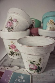 Decoupage Vases Do some for Windowsill Decoupage Vintage, Napkin Decoupage, Decoupage Ideas, Flower Pot Crafts, Clay Pot Crafts, Diy And Crafts, Painted Plant Pots, Painted Flower Pots, Decoration Shabby