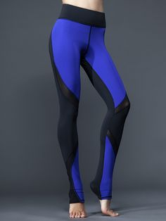 Bold lines meet bolder colors with the Supernova Legging from Michi. The mesh paneling on the thighs and calves keep your legs looking slim and feeling cool, while the color blocking on the back draws all the attention to the right areas. Make a style statement you won't regret.