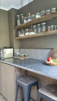 Landelijk en sober: Keukenblok van hardstenen buitentegels eiken vloerdelen en planken van gebruikt  steigerhout