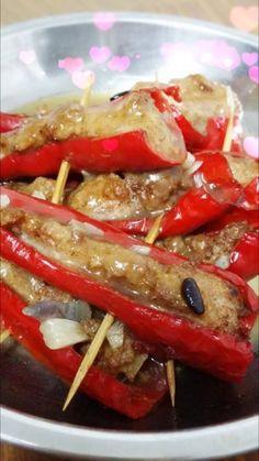 雯雯手册•客家酿辣椒  食材 : •红辣椒 (15 条) •猪肉碎 (500 gram) •马交鱼肉 (250 gram)  馅肉腌料 : •五香粉 (1 茶匙) •蒜米 (适量) •盐 (适量)  酱料 : •蒜米 (适量) •薯粉水 (1/2 碗) •豆瓣酱 (1 汤匙) •豆豉 (1 汤匙) •盐 (适量) •糖 (适量)  煮法 : •将猪肉碎及马交鱼肉,加入腌料并搅拌均匀。 •把辣椒清洗干净,把腌料均匀放入辣椒内。 ( *雯雯温馨提示 :辣椒的切口别太大,避免馅肉掉出喔♡ ) •热锅油,用小火把辣椒炸至全熟后捞出摆盘。 •锅留底油,爆香蒜米,豆瓣酱及豆豉,加入盐和糖调味。  加入薯粉水勾芡后,倒至酿辣椒上便可上盘。