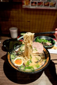 Everything you need to know to dominate the Tokyo, Japan food scene. Your Tokyo food guide to the best restaurants for sushi, ramen, snacks and more! Bar Restaurant Design, Tokyo Restaurant, Restaurant Recipes, Japanese Ramen Restaurant, Restaurant Guide, Japon Tokyo, Shibuya Tokyo, Kyoto Japan, Japan Japan