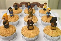 firefly cupcakes, complete with fondant characters! via @whedonesque #firefly #cupcakes