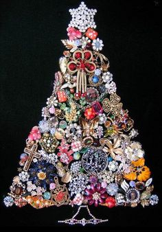 Vintage brooch Christmas Tree, courtesy of Esse Purse Museum. Very neat display of vintage brooches!