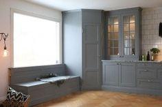 bänk och skafferi Kitchen Corner, House Design, House, House Inspiration, Dark Kitchen, Farmhouse Kitchen, Kitchen Pantry Design, Diy Kitchen, Kitchen Living