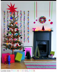 transform the aesthetics of your home by taking inspiration from the Christmas decor trends of Christmas decoration of Christmas decor 2017 Traditional Christmas Tree, Modern Christmas Decor, Christmas Living Rooms, Christmas Tree Themes, Noel Christmas, Retro Christmas, Homemade Christmas, Christmas Colors, Christmas Traditions