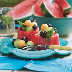 How To Make Watermelon Cups ~~~ Versatile Entertaining Gem ~ Fill these cups with chicken or tuna salads or fresh fruit. They are perfect for entertaining because they can be made up to four hours before serving. Watermelon Salad, Watermelon Recipes, Frugal, Raw Food Recipes, Cooking Recipes, Healthy Recipes, Good Food, Yummy Food, Dessert