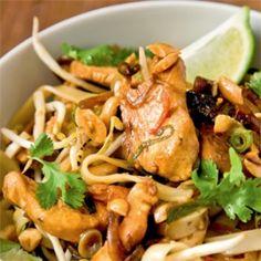 Pad Thai zöldségekkel Thai Wok, Thai Recipes, Food And Drink, Lunch, Chicken, Meat, Essen, Eat Lunch, Lunches