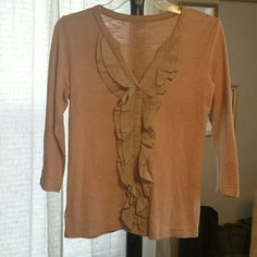 ANN TAYLOR LOFT PRE-OWNED, VERY GENTLY USED! ??% COTTON.  IF YOU HAVE ANY ADDITIONAL QUESTIONS, PLEASE ASK BEFORE YOU PURCHASE! THANK YOU ? LOFT Tops Button Down Shirts