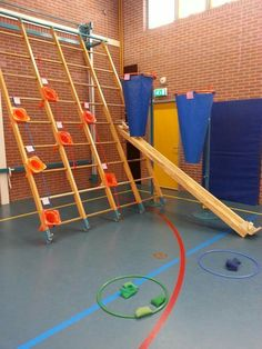 Mikken met pittenzakjes. Pe Activities, Gross Motor Activities, Gross Motor Skills, Pediatric Physical Therapy, Physical Education, Pe Games, Games For Kids, School Sports, Kids Sports