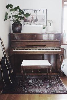 S A R A • W O O D R O W - vintage piano
