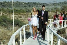 """Modelo Nádia Lopes diz """"Sim"""" para Luis Faria em vestido de noiva mullet"""