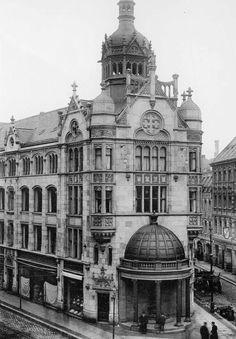 Berlin, Das Kaufhaus im Hintergrund an der Rosenthaler Straße 54. Um 1900.
