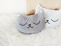 Tutoriale DIY: Cómo hacer un cojín en forma de gato vía DaWanda.com
