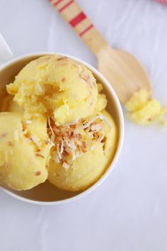 5 Minute Pineapple and coconut frozen yogurt (No Machine). The easiest Frozen Yogurt recipe you will ever make. Made with all Natural ingredients, this frozen yogurt can be made in just 5 minutes without an ice cream machine or stirring every 30 minutes. Frozen Yogurt Recipes, Frozen Yoghurt, Frozen Desserts, Frozen Treats, Homemade Frozen Yogurt, Frozen Custard, Cold Desserts, Best Nutrition Food, Healthy Food