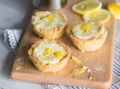 Diese Mini Zitronen-Tartes werden erst in der Muffinform gebacken und anschließend mit einer fruchtigen Zitronencreme gefüllt. Einfach köstlich!