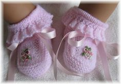 Vintage Baby Booties ~~ ruffles, bows and embroidered bullion rosesExplore my_special_angels& photos on Photobucket.Knitting patterns for baby booThis Pin was discovered by AmaThese are knit, but it does gi Magnifique pour une petite fille - Any Droulez - Booties Crochet, Crochet Baby Shoes, Crochet Baby Booties, Knitted Baby, Knitting For Kids, Baby Knitting Patterns, Baby Patterns, Dress Patterns, Baby Bootees