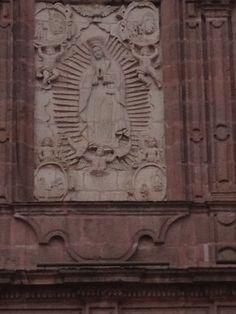 En la catedral de Morelia la Virgen de Guadalupe tallada en cantera en una entrada lateral.