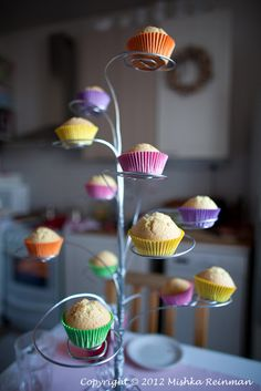 Self-made cup cake hanger //Cool idea for showing ~ hmm... bending craft store wire might be kind of  fun ~