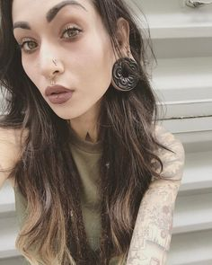 new Ideas for piercing labret centre makeup Double Nostril Piercing, Philtrum Piercing, Forward Helix Piercing, Medusa Piercing, Labret, Piercing Tattoo, Cute Nose Piercings, Body Piercings, Stretched Ears