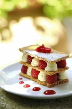 Millefeuille framboise et vanille Very original, this millefeuille that incorporates raspberries. The result is light, tasty and very aesthetic. Köstliche Desserts, Best Dessert Recipes, Desert Recipes, Delicious Desserts, Yummy Food, Plated Desserts, Millefeuille Rezept, Dessert Original, Fruit Tart