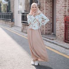 Search & - Products - Finally, Hanbok Sakura Goes to Korea🇰🇷. Look, how beautiful & charming is Sari weari - Muslim Women Fashion, Modern Hijab Fashion, Street Hijab Fashion, Hijab Fashion Inspiration, Modest Fashion, Skirt Fashion, Fashion Dresses, Casual Hijab Outfit, Casual Skirt Outfits