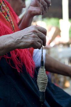When we start spinning yaers ago everything changed Spinning Yarn, Hand Spinning, Spinning Wheels, Drop Spindle, Plant Fibres, Fabric Yarn, Textiles, Lana, Fiber Art