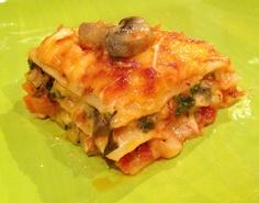 Lasagna de vegetales ... Calabacín, zanahoria, setas, espinacas, perejil fresco, oregano, cebolla, ajo y pimientos rojos. By Sasha