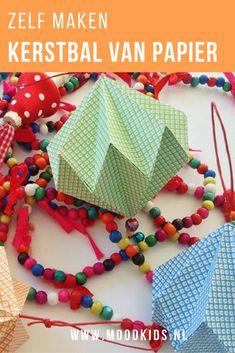 Het vouwen van de kerstballen van papier lijkt misschien ingewikkeld, maar is het helemaal niet! Als je één hebt gemaakt, gaan de volgende kersthangers vanzelf. Succes!