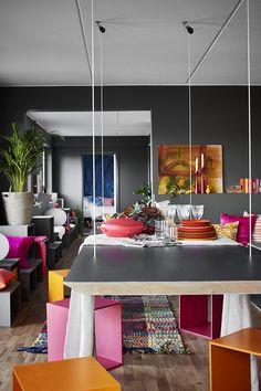 Jurnal de design interior: Culori tari pe fundal gri într-un apartament de 87 m²