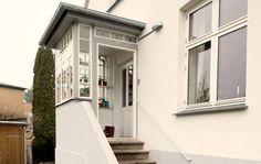 Spar energi med vindfang på dit hus - Tuh Old Side Porch, Porch Entry, Side Door, Enclosed Porches, Small Porches, Sas Entree, Lean To Roof, Porch Stairs, Back Doors