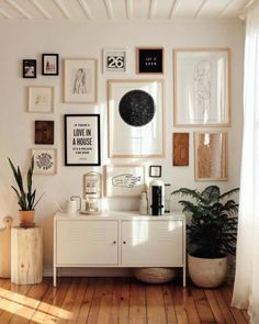 Decorative shopping: the sleek farmhouse apartment of Brook & Peony, stylist - . - Decorative shopping: the sleek farmhouse apartment of Brook & Peony, stylist – Rustic and refine - Living Room Decor, Living Spaces, Bedroom Decor, Bedroom Wall, Living Room Gallery Wall, Small Living, Bedroom Furniture, Living Rooms, Modern Living