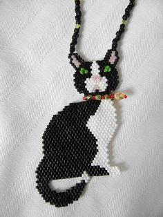 Kitty Cat Necklace by BeadsnBobbins on Etsy Seed Bead Patterns, Peyote Patterns, Bracelet Patterns, Beading Patterns, Beading Projects, Beading Tutorials, Art Perle, Diy Collier, Peyote Beading