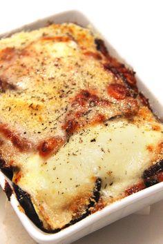 Je suis une folle d'aubergines à laparmesaneoumelanzaneallaparmigiana! Cette recette traditionnelle du sud del'Italieest une manière fantastique de cuisiner les aubergines. En alternant les couchesd'aubergines, de Parmesan et de tomates, on obtient un plat végétarien, savoureux, qui serapprochedes fameuses lasagnes mais en plus light... Aconditionde ne pasforcersur le fromage bien sûr! Certaines recettes traditionnellespréconisentde faire frire…