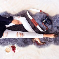 White ripped jeans paired with the white Artist Fotostrap is our new favorite combination. White Ripped Jeans, Leather Camera Strap, Fashion Gallery, Casual Street Style, Shoulder Pads, Amazing Women, Spring Fashion, Cool Style, Chic