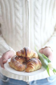 """""""di cuore"""": cornetti con mezza sfogliatura cotti in pentola fornetto e wip coperta granny square"""