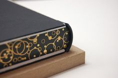 I prepared headbands for my books, installed linings, the binding will be in the French style. At a later stage, I attach the dorsal, in … - Handmade Journals, Handmade Books, Bookbinding Tutorial, Cool Books, Painted Books, Book Projects, Painting Edges, Leather Journal, Book Binding